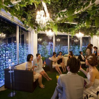 屋内ガーデンでイルミネーションに包まれたナイトウェディングも人気