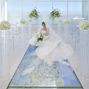 ガラスのバージンロードに敷き詰められた純白の花々